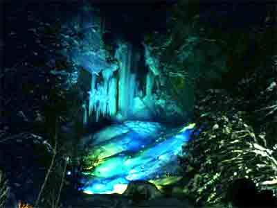 平湯大滝結氷祭り:ライトアップされる平湯大滝
